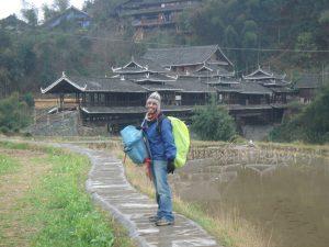 Ernesto con mochila en un viaje