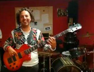 Ernesto tocando el bajo durante un ensayo