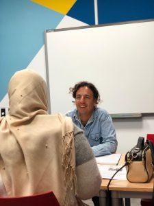 Ernesto examinando a una alumna